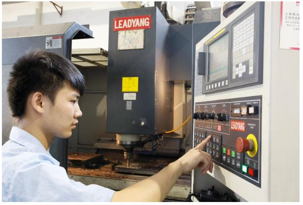 深圳注塑模具厂---设备和人才